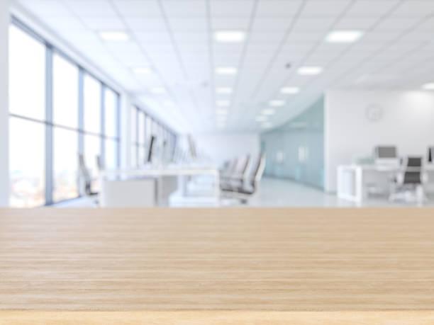 superfície vazia de madeira e prédio de escritórios como o fundo - escrivaninha - fotografias e filmes do acervo