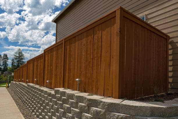 holz-zaun zement stack steinblöcke stützmauer und landschaftsbau-beleuchtung - der geheime garten stock-fotos und bilder