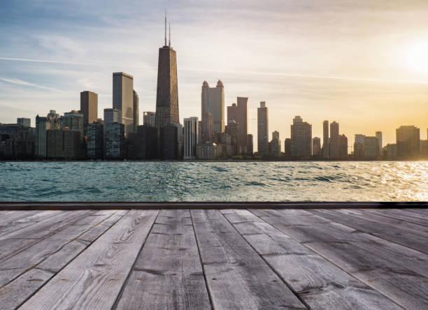 holzboden und skyline von chicago - lake michigan strände stock-fotos und bilder