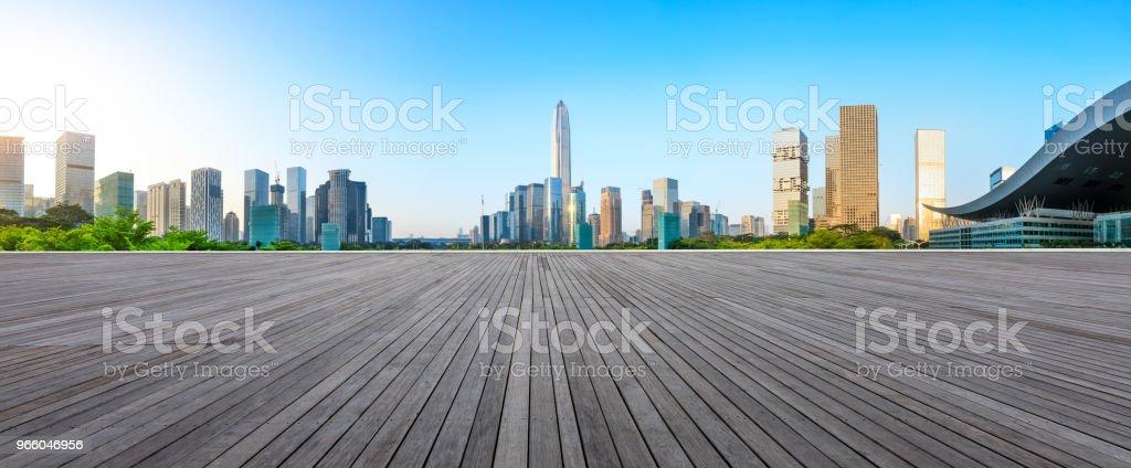 Houten vloer vierkante en moderne stad skyline panorama in Shenzhen - Royalty-free Achtergrond - Thema Stockfoto