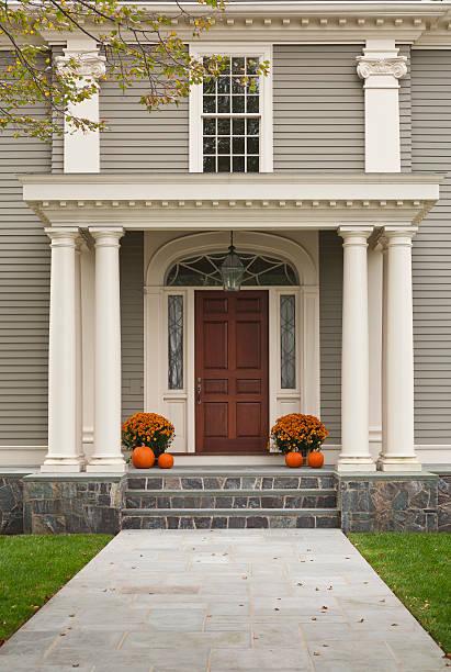 wood tür und eingang mit säulen - verandas stock-fotos und bilder