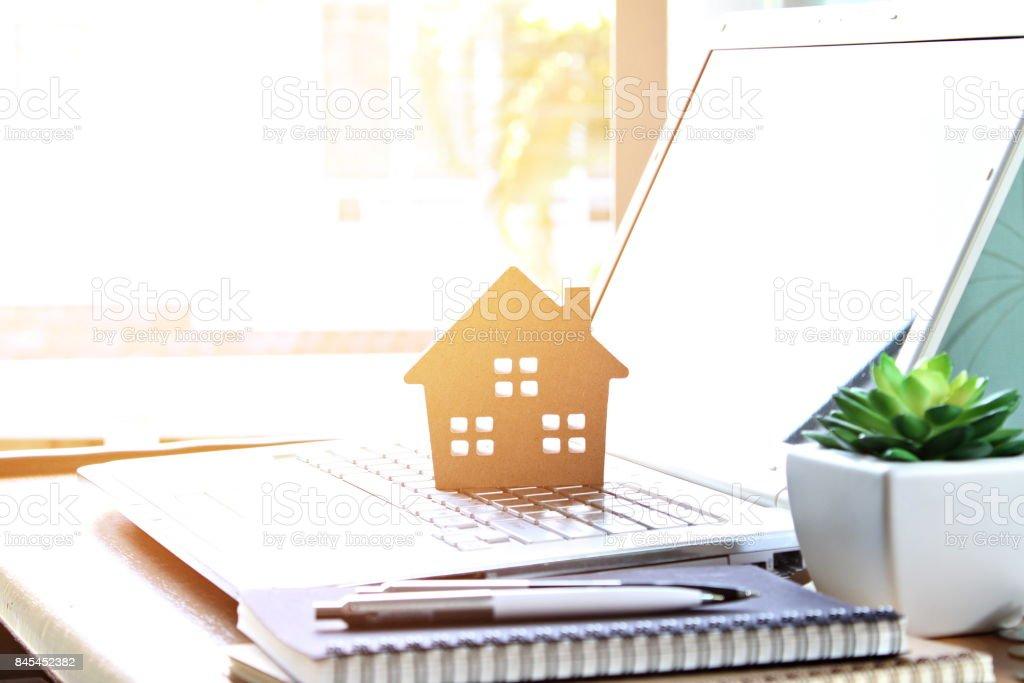 Modèle de maison en bois sur ordinateur portable photo libre de droits