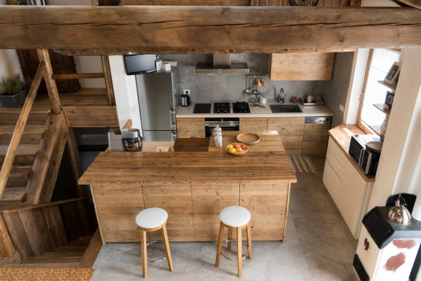 holz küche im landhausstil - küche italienisch gestalten stock-fotos und bilder