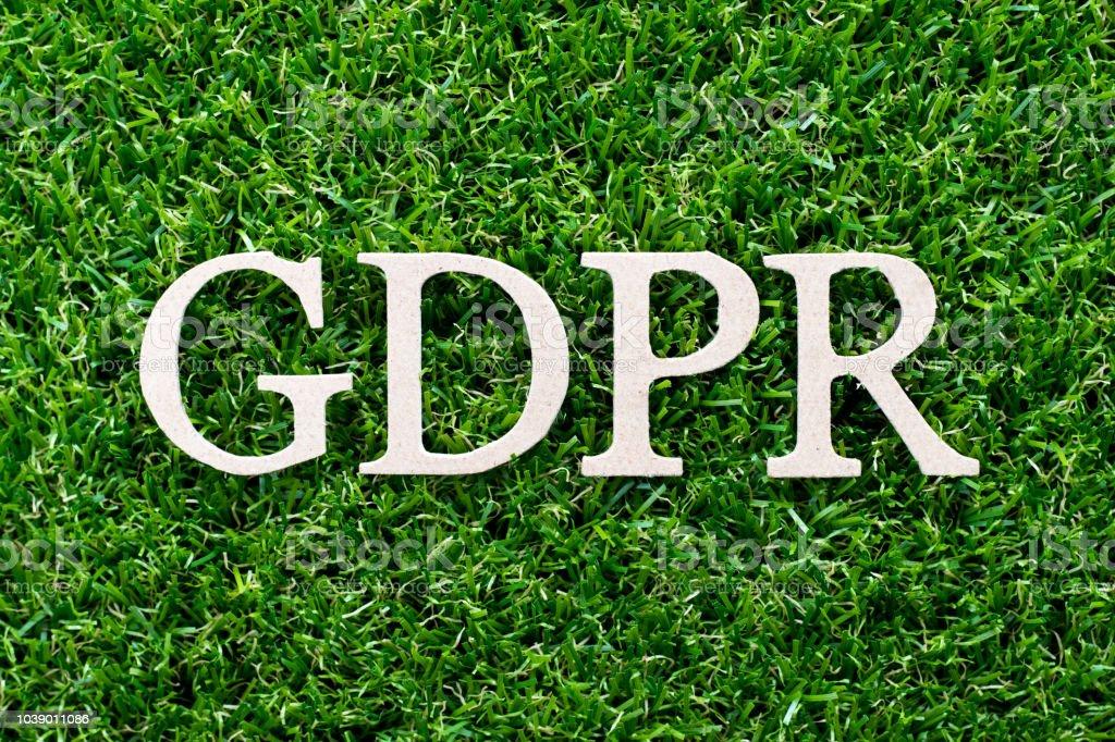 Letra madera de palabra GDPR (Reglamento General de protección de datos) sobre fondo verde cesped - foto de stock