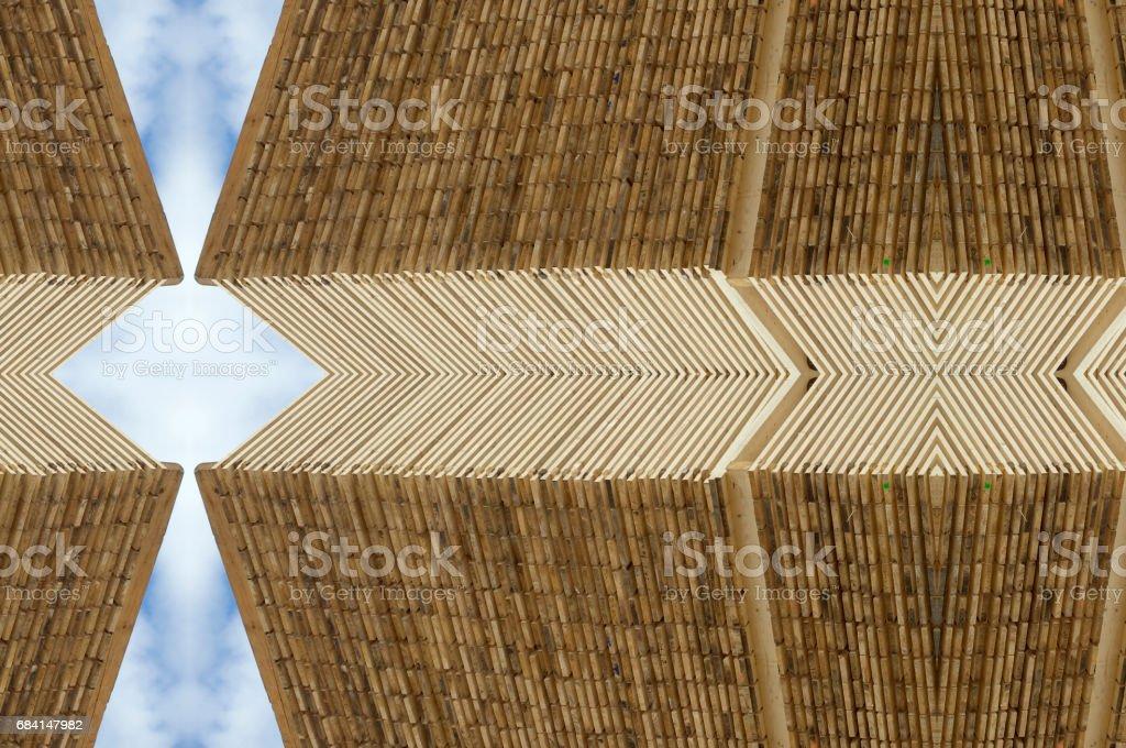 青い空を背景木材の装飾的なパターン ロイヤリティフリーストックフォト