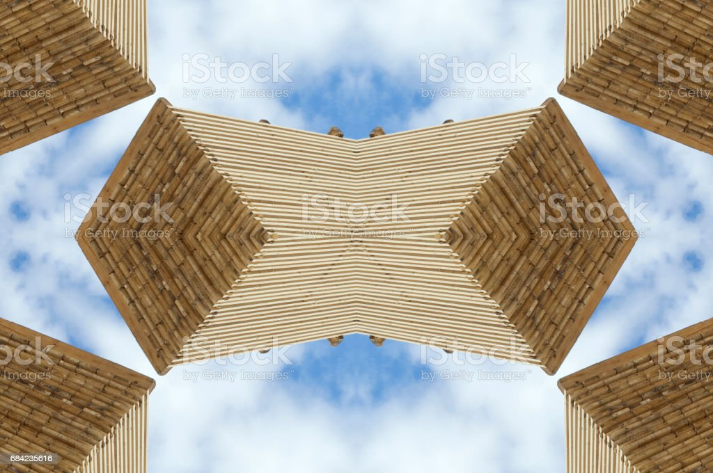 Bois motif ornemental contre le ciel bleu photo libre de droits