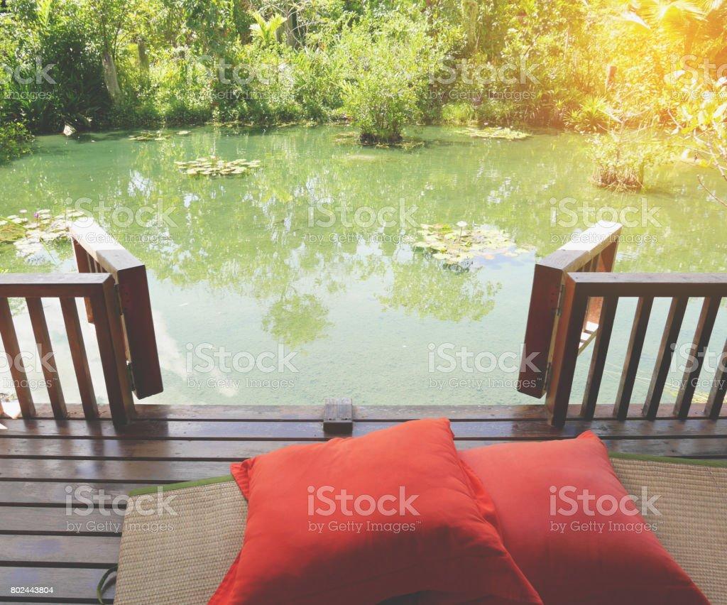 Contour De Balcon En Bambou photo libre de droit de Étang de bois de patio sur une
