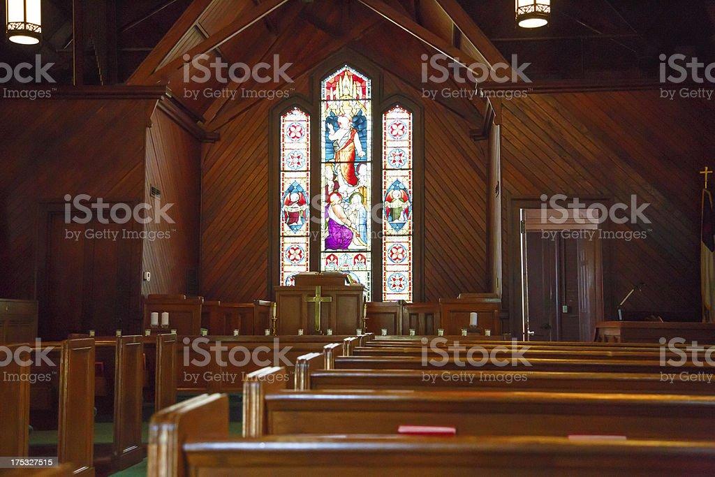Pews de madeira e vitral de pequena igreja - foto de acervo