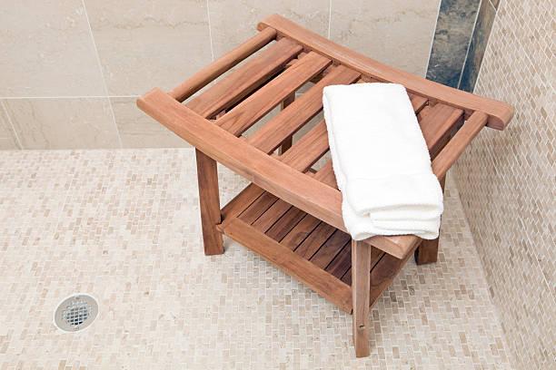 madeira, banco de chuveiro com toalha branca e azulejos surround - banco assento - fotografias e filmes do acervo