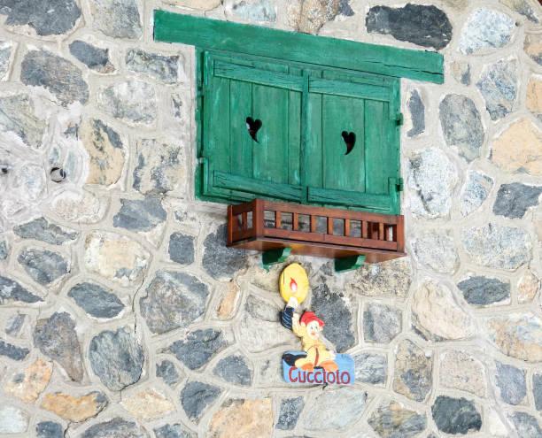 hölzerne blendenverschlüsse von windows, bardonecchia, italien - disney dekorationen stock-fotos und bilder