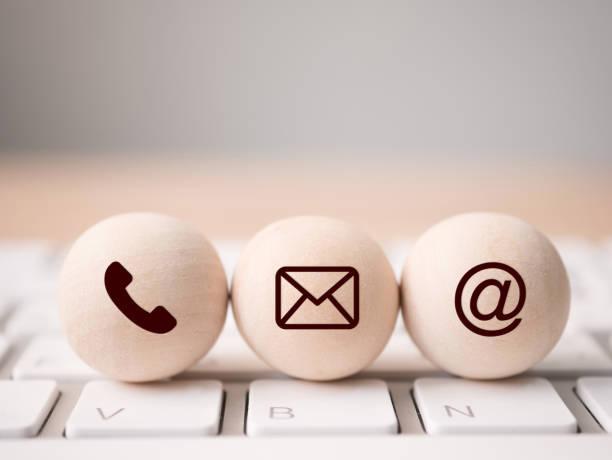 trä sfär symbol telefon, mail, adress och mobiltelefon. webbsida kontakta oss eller maila marknadsföringskoncept - tvärsnitt bildbanksfoton och bilder
