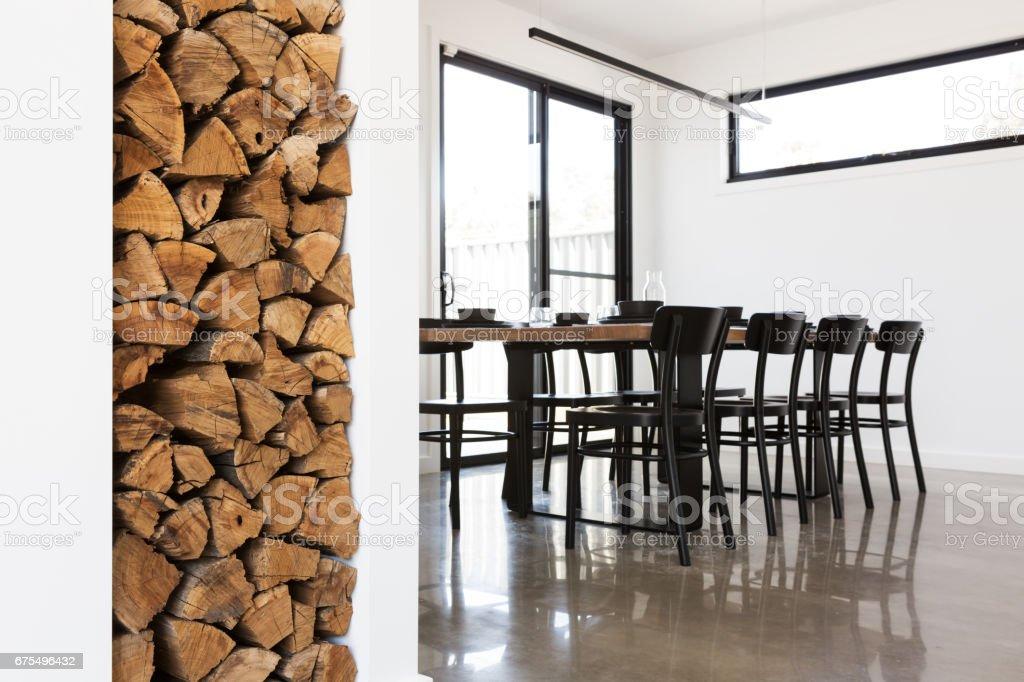 Salon yemek masası odun yığını özelliği royalty-free stock photo