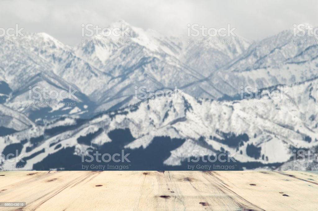 wood table and blur image of Yuzawa Mountain at Japan foto stock royalty-free