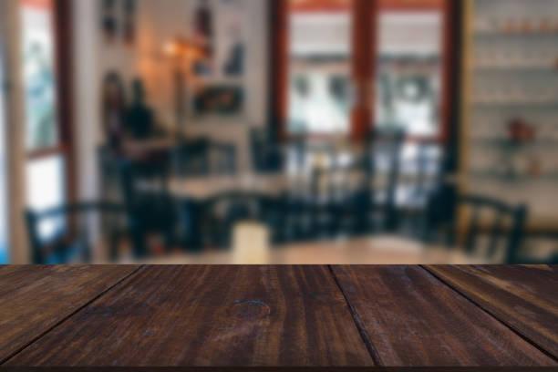 Holztisch & Stuhl im Café Café – Foto
