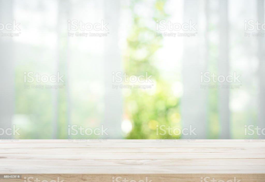 ウィンドウ ビュー ガーデン カーテンのぼかしの木製テーブル ロイヤリティフリーストックフォト