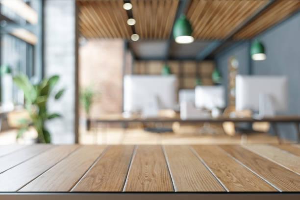 mesa de madeira em blurred do edifício office. - escrivaninha - fotografias e filmes do acervo
