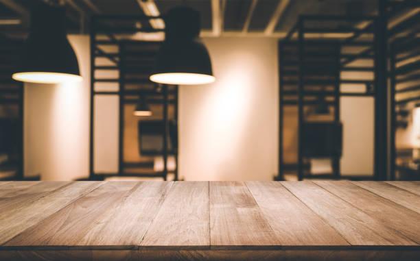 室内の電球のぼやけている木製テーブル - テーブル 無人 ストックフォトと画像