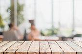 木のテーブル トップとぼかしのレストラン インテリア背景