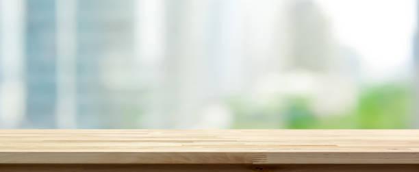 木製テーブル トップ抽象ぼやけ街並みの背景に - 長い ストックフォトと画像