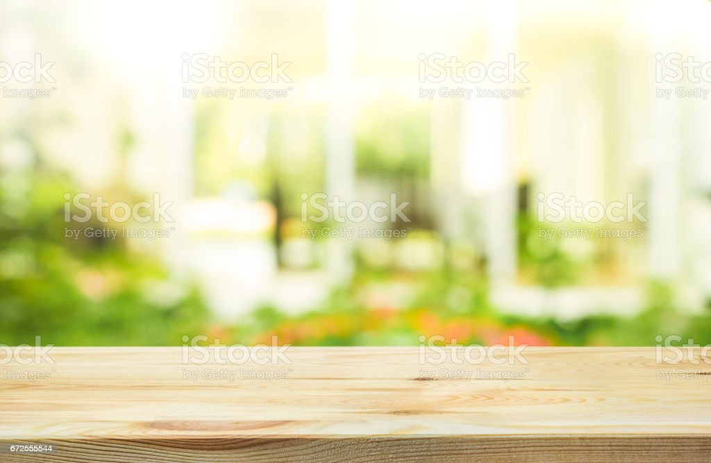 Holz Tischplatte auf blur abstrakt Grün Garten Hintergrund. – Foto