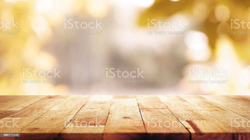 Holz Tischplatte auf Unschärfe abstrakte natürliche Laub Bokeh Hintergrund, Vintage-Ton – Foto