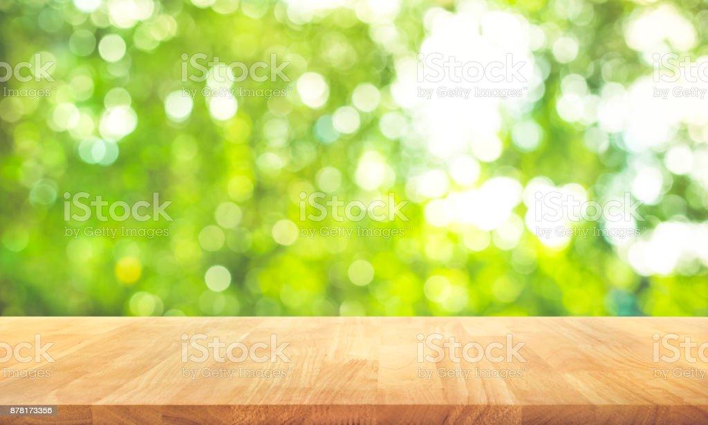 Photo libre de droit de Table En Bois Haut Sur Flou Jardin ...