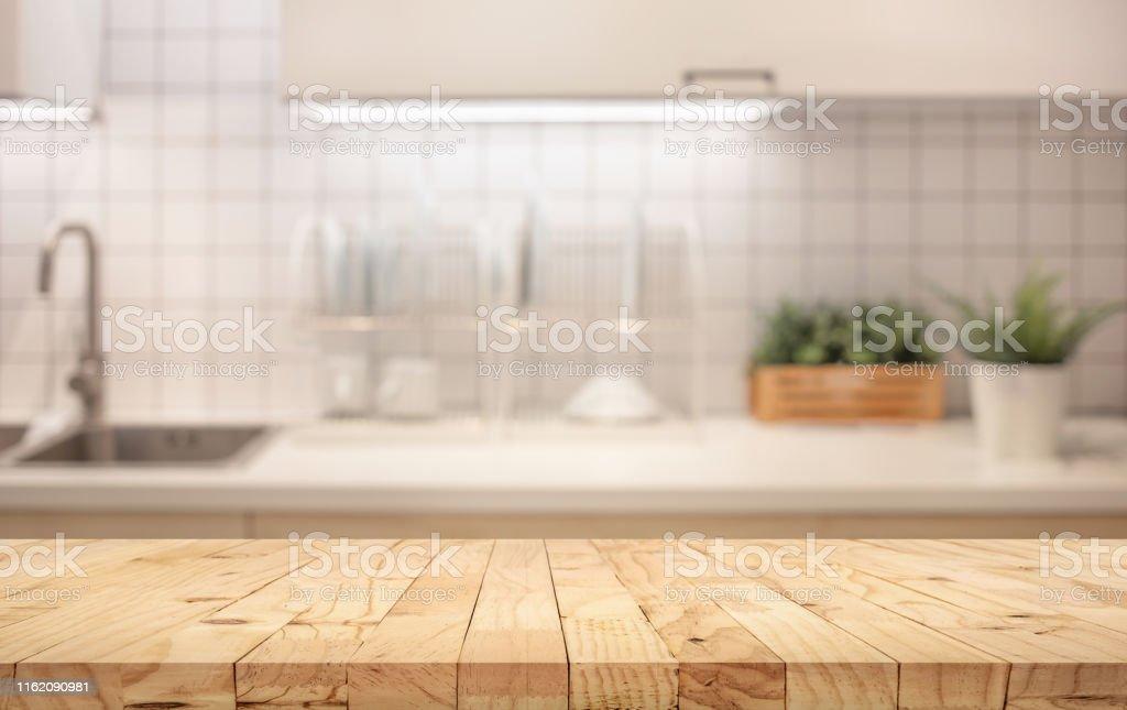 木桌頂部模糊的廚房櫃檯(房間)背景。 - 免版稅乾淨圖庫照片
