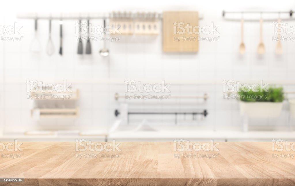 Tabela de madeira superior em desfocar o fundo de sala de cozinha - foto de acervo