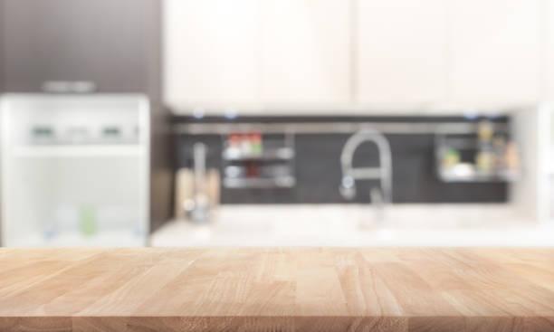 holz tischplatte auf küche wand raumhintergrund weichzeichnen - kochinsel stock-fotos und bilder