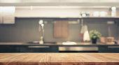木製テーブルの上にはキッチンの壁部屋背景をぼかし
