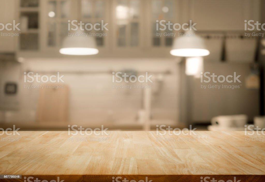 Tabela de madeira superior no borrão cozinha parede quarto plano de fundo - foto de acervo