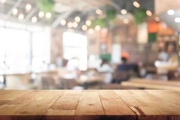 tablero de mesa de madera sobre fondo interior del restaurante borroso - restaurante fotografías e imágenes de stock