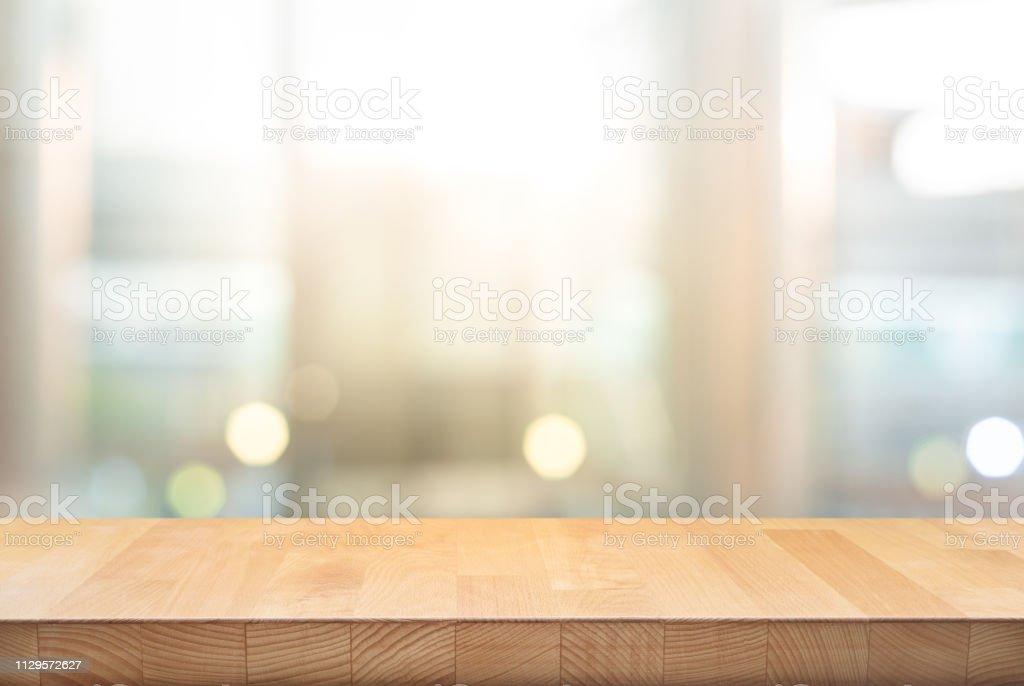 Houten tafelblad op onscherpte vensterglas, muur achtergrond - Royalty-free Abstract Stockfoto
