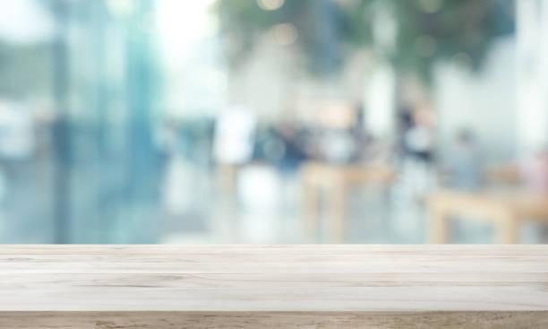 ぼかし窓ガラス上の木製のテーブルトップ、都市ビューと壁の背景。モンタージュ製品ディスプレイまたはデザインキービジュアル用 - テーブル 無人 ストックフォトと画像