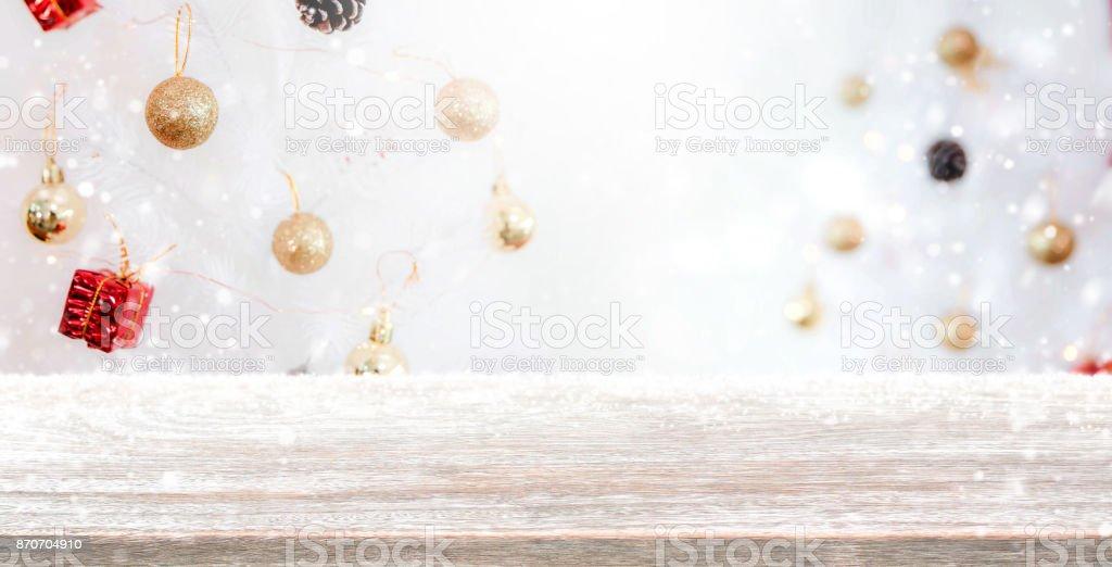 holz tischplatte auf verwischen mit bokeh weihnachtsbaum hintergrund mit schneefall f r die. Black Bedroom Furniture Sets. Home Design Ideas