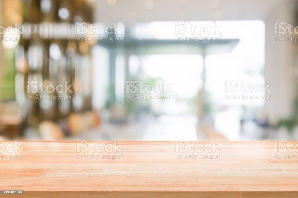 Holz Tischplatte auf abstrakte Hintergrundunschärfe Innenansicht im Inneren Rezeption Hotels oder moderne Flur für Hintergrund – Foto