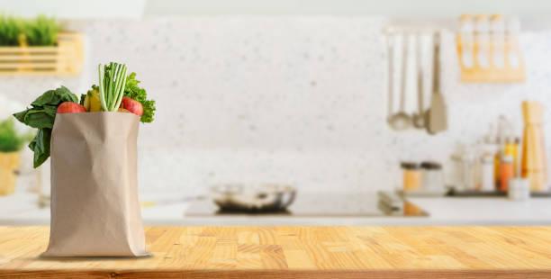 Holztisch auf verschwommenem Hintergrund der Küche – Foto