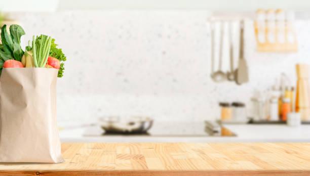 Holz Tischplatte auf verschwommenem Küchenhintergrund – Foto