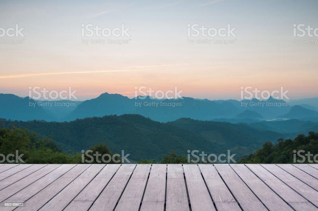 實木檯面上雄偉夕陽在山風景背景 免版稅 stock photo