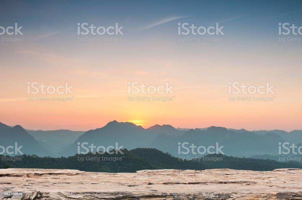 나무 테이블 산 풍경 배경에서 장엄한 일몰에 가기 royalty-free 스톡 사진