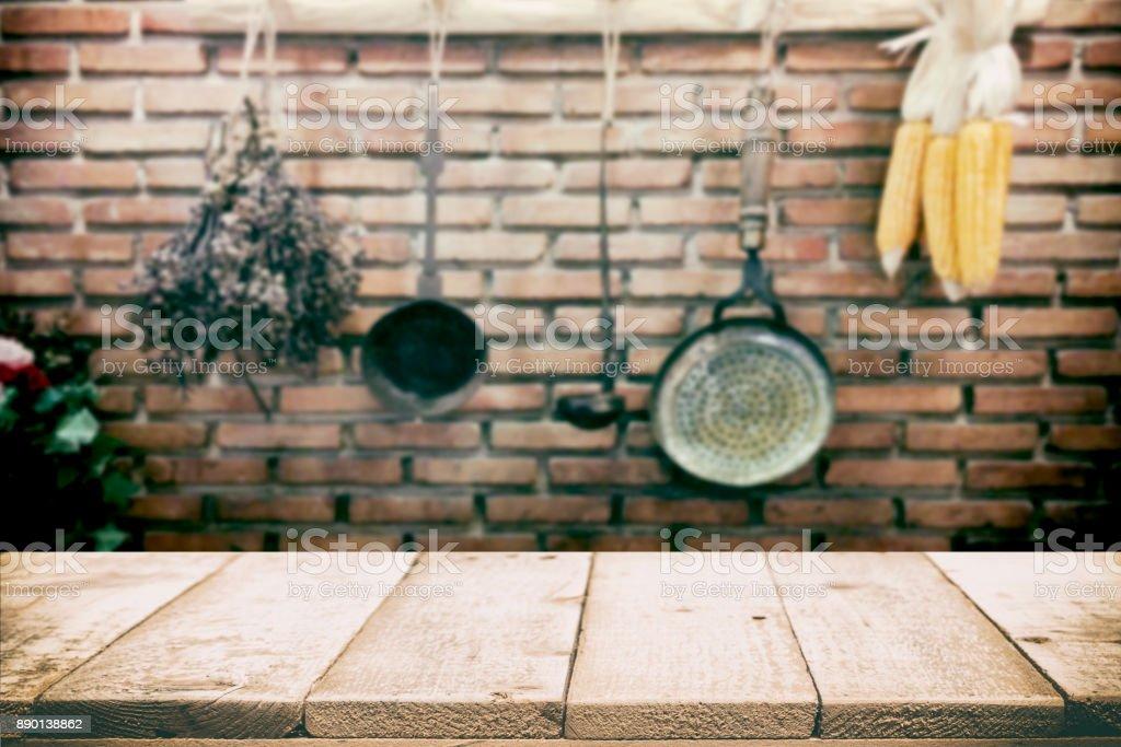 Holz Tischplatte auf Vintage Küche Geschirr Hintergrund. – Foto