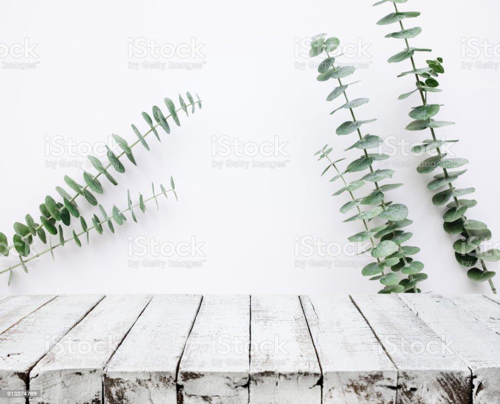 holz tischplatte auf weiße wand mit baum blatt hintergrund für