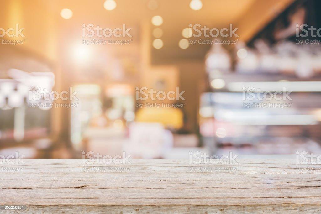 Tabela de madeira superior com blur abstrata fundo de loja de café - foto de acervo