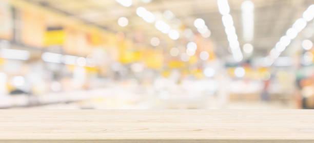 trä bordsskiva med oskärpa livsmedelsbutik bakgrunden med bokeh ljus - dagligvaruhandel, hylla, bakgrund, blurred bildbanksfoton och bilder