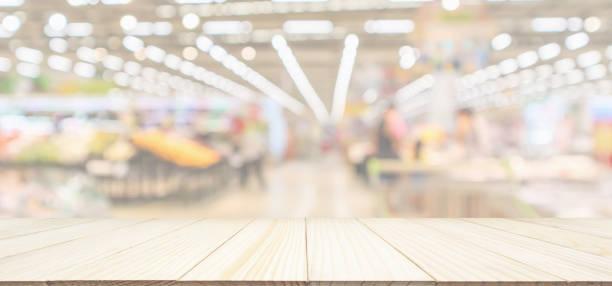 trä bordsskiva med stormarknad livsmedelsbutik suddig oskärpa panorama bakgrunden med bokeh ljus för produkt display - dagligvaruhandel, hylla, bakgrund, blurred bildbanksfoton och bilder