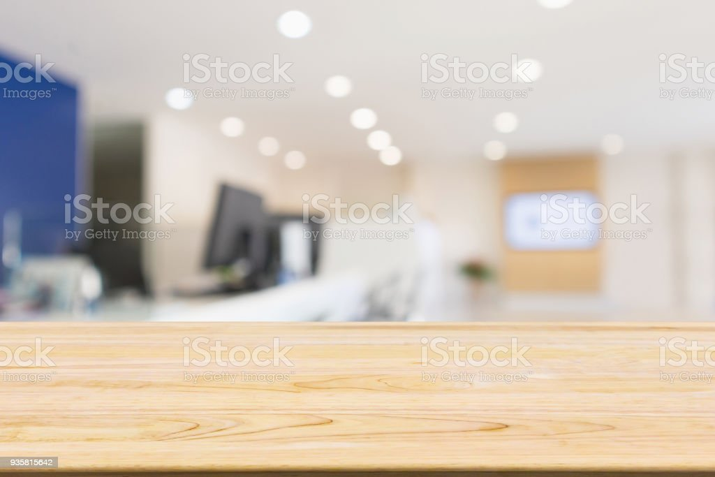 Table en bois avec flou abstrait bureau bureau du milieu de travail