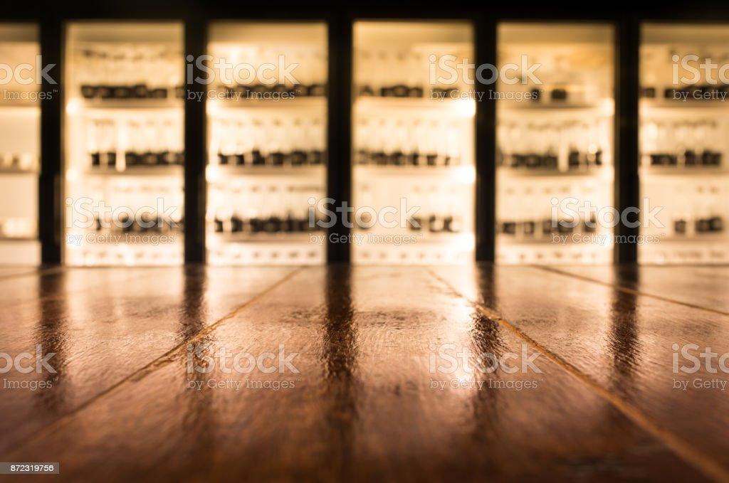 Mesa de madeira com blur bar balcão em foco seletivo/café à noite - foto de acervo