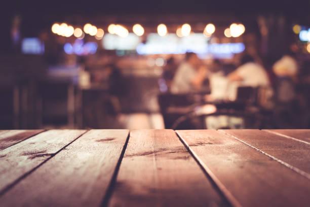 Holztisch mit Licht im Nachtcafé, Restaurant Hintergrund Unschärfe – Foto