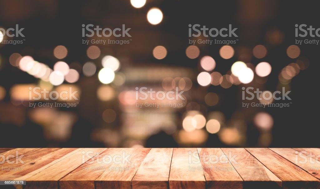 빛 밤 카페, 레스토랑 배경 흐림 나무 테이블 royalty-free 스톡 사진