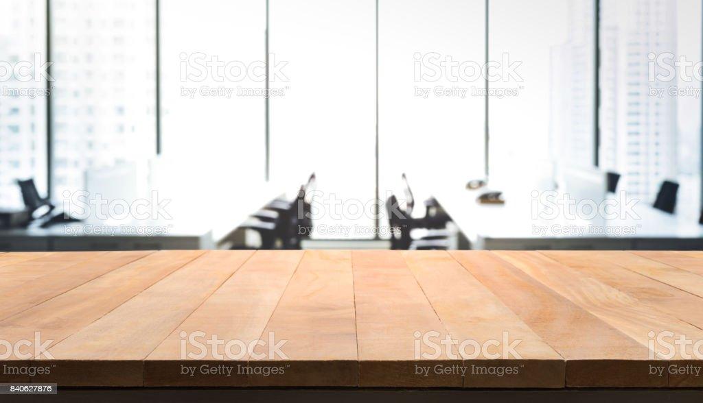 Table en bois avec flou chambre bureau et fenêtre vue sur ville